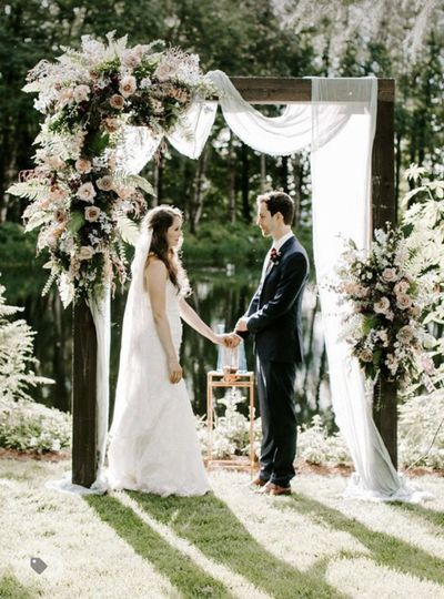 couple in front of wedding arch 51 2028751 162576533054257