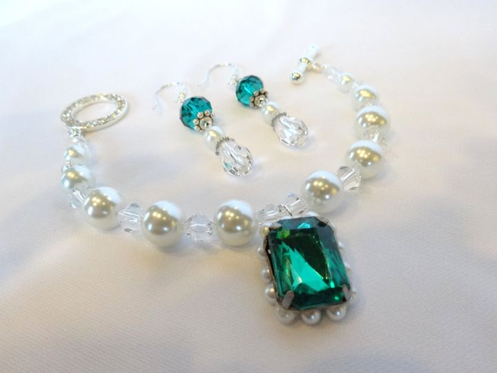 Elegant bracelet reminiscent of royalty.  Enchanting!