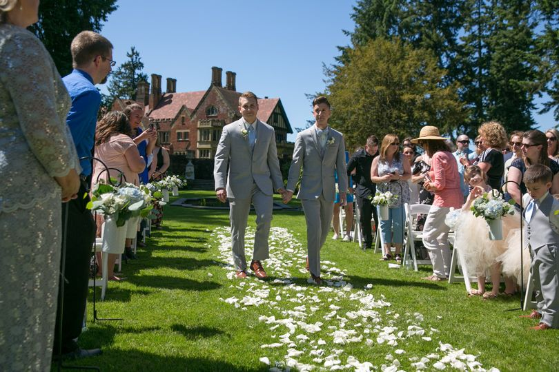 Here come the Grooms!