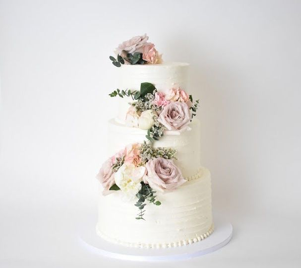 Round cake with pink flowers