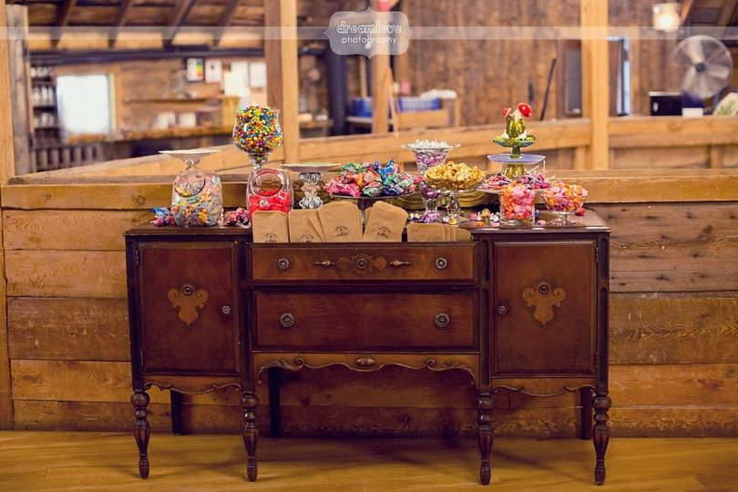 A candy table at Thr Round Barn Inn, Waitsfield. photo: Dreamlove Photography