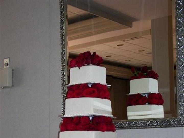Tmx 1235429727375 Fourtierredrosesquarecake Lake Forest wedding cake