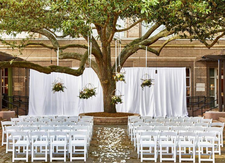 rh cltrp queenscourt courtyard ceremony3 51 118961 1567538010