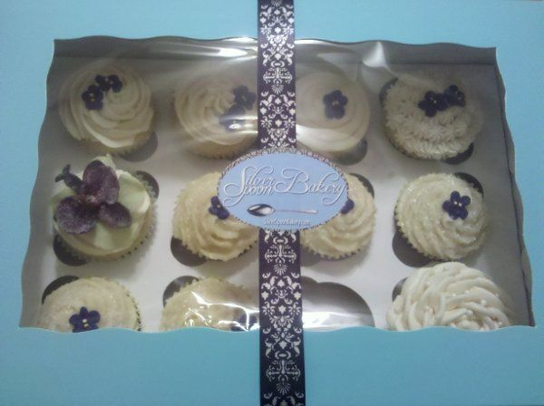 Beautiful wedding cupcakes - including our favorite crystallized flower!