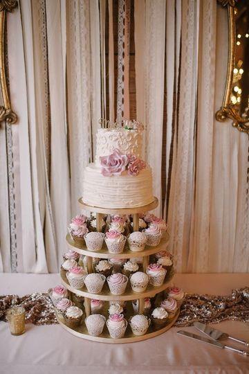 Classic wedding cake /cup towe