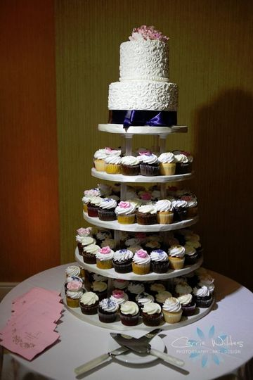 Cupcake tower with cutting cak