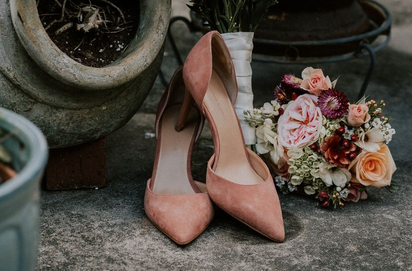 Details of the shoes and bouquet