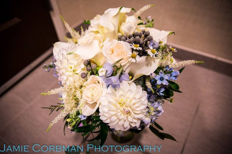 White bouquet with hints of blue