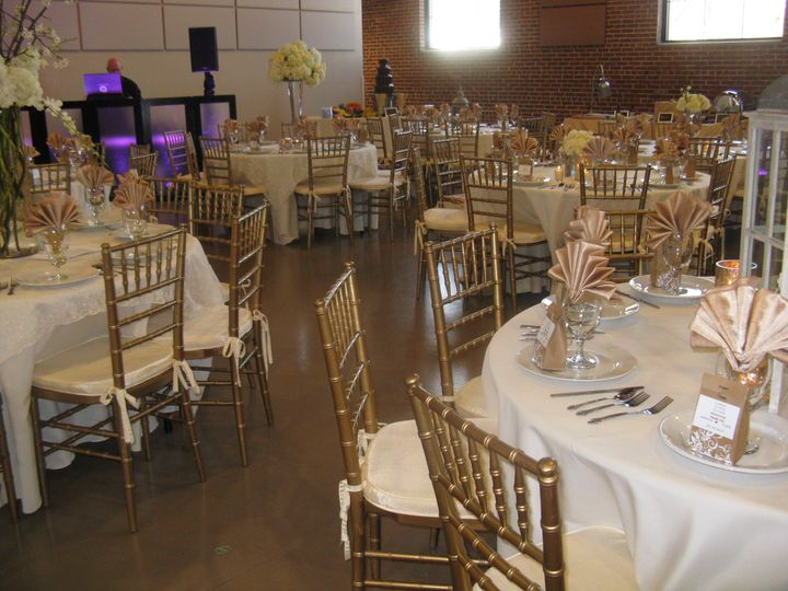 White and gold round table setup