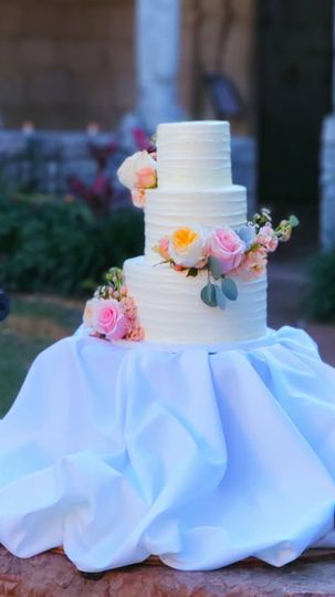 Messy cake with fresh flowers
