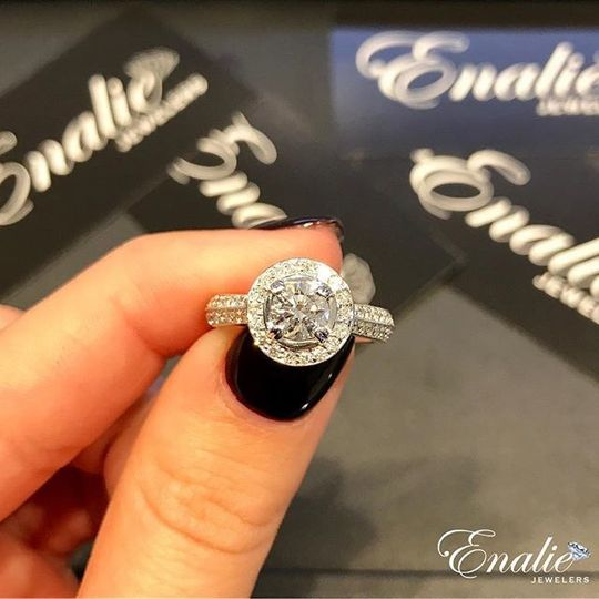 Every angel needs a halo ??! Beautiful halo setting engagement ring for that special someone. Come...