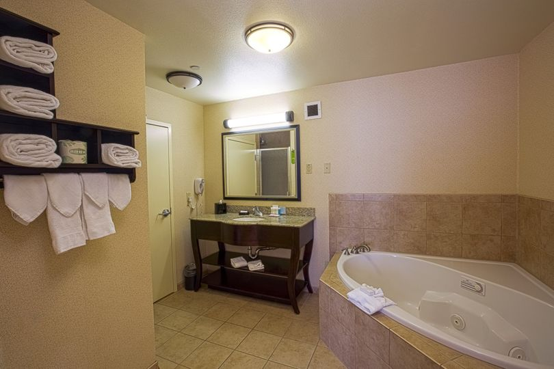 "King Suite ""Romance"" with Whirlpool Tub & Shower"