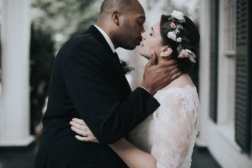 Newly weds sharing a kiss | Photo by Sullivan & Sullivan