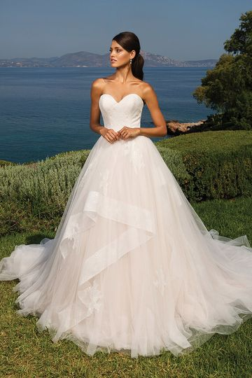 18fa865986f2b Justin Alexander 8951 Chantilly lace wraps the sweetheart bodice of this  tulle ball gown. Hand
