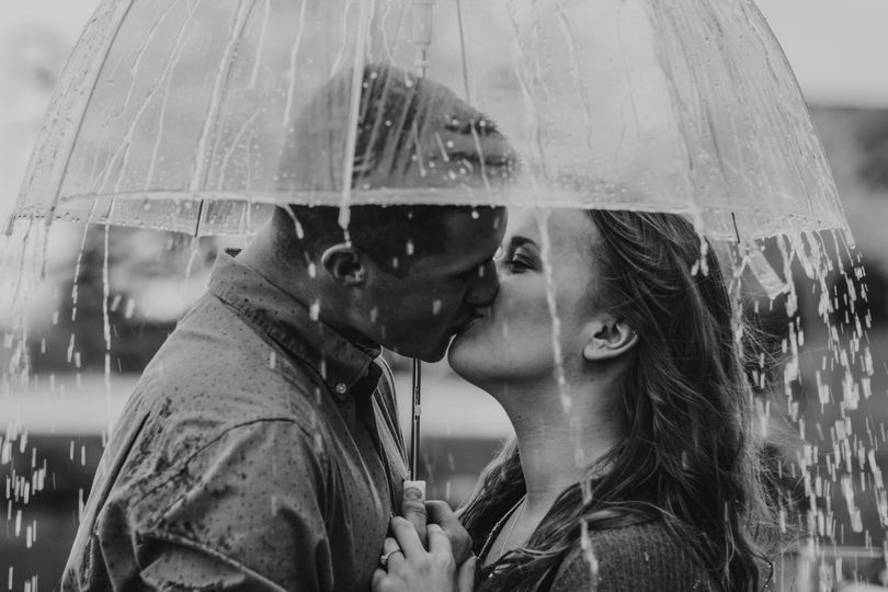 Kissing in the rain - Elizabeth Street Photography