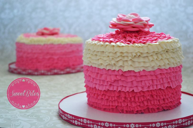 Single tier white and pink cake