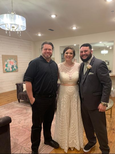 dj justin jaggers with mr mrs drew delgado at the gin at nesbit 11 1 19 weddingdjmemphis memphisweddings deepbluentertainment 51 89991 157409849790656