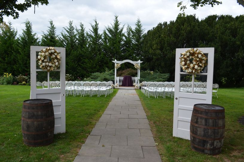 White and gold ceremony decor
