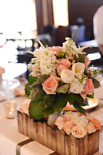 Bridal party table peach roses