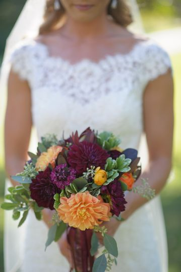 sweet fall colors for the beautiful bride! Photographer: Carrie Pellerin