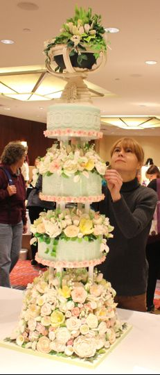 Lifelike sugar flowers wedding cake