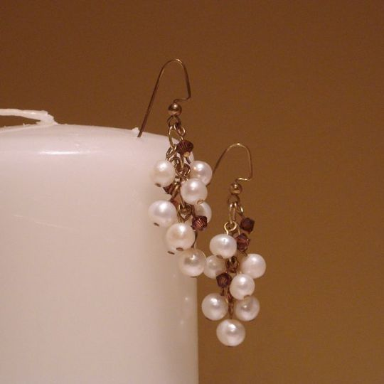 Perfect for your bridesmaids, these earrings are made with freshwater pearls and swarovski crystals...