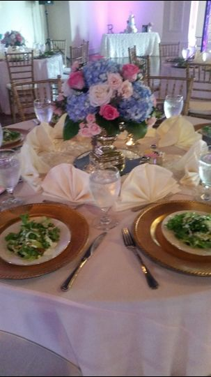 800x800 1467119544065 table set up with gold chargers