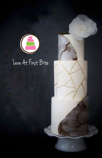 Textured and cracked fondant