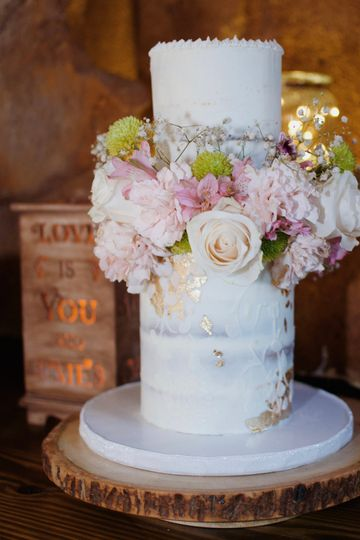 Semi naked cake with textures