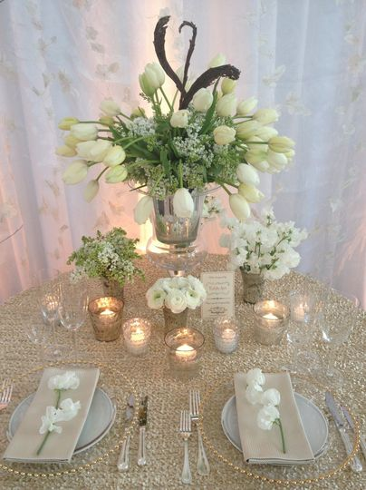 Table Art of Malvern, PA designed this warm champagne and gold palette.