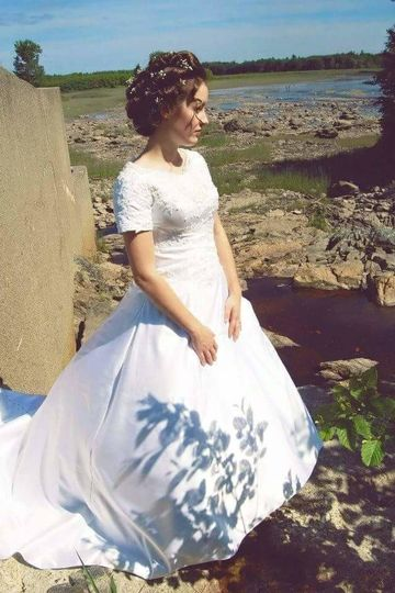 Short-sleeved wedding gown