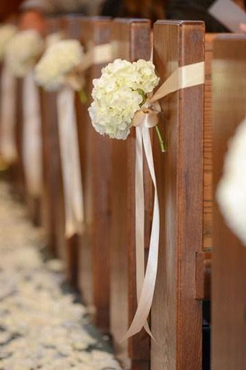Simple yet stunning pew bows with hydrangeas