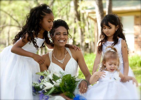 Bride and Flower girls attempt to take a picture on the front lawn of Mililani Woods.