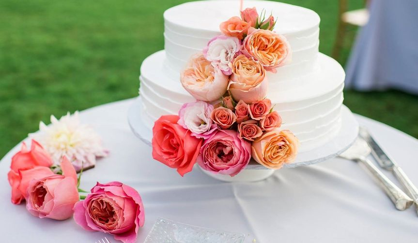 Simple wedding cake with flowers | angela nelson photography