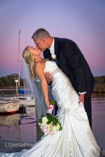Sunset marina kiss at the Silver Swan Bayside waterfront venue on Maryland's Eastern Shore