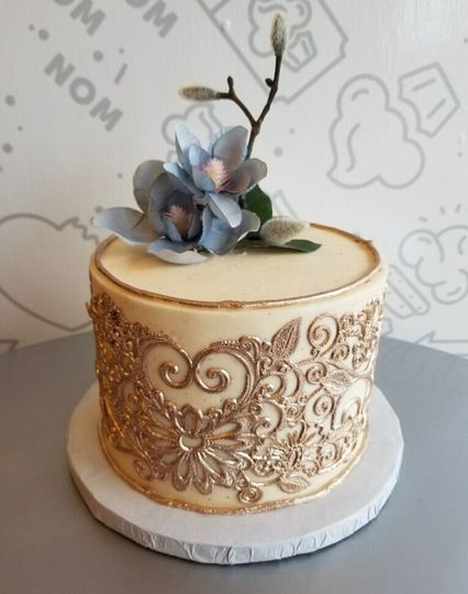 Single wedding cake with flowers