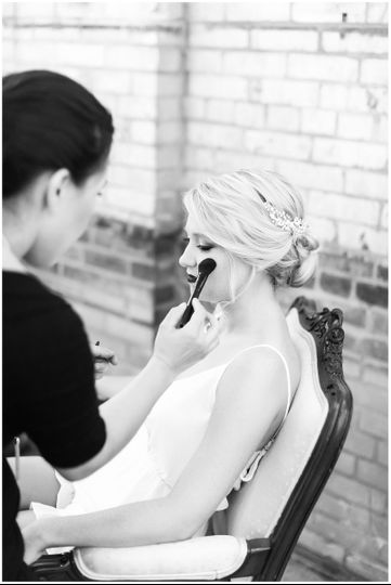 Putting makeup on | Amber Rhodes Photography