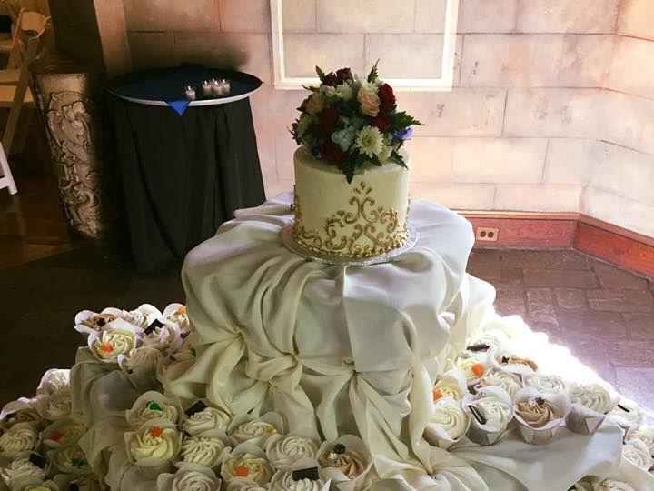 Tmx 1531860449 1d5672efbccd4470 1531860448 7c8d87c68eb53943 1531860447599 8 Zeffort And Gold Reisterstown wedding cake