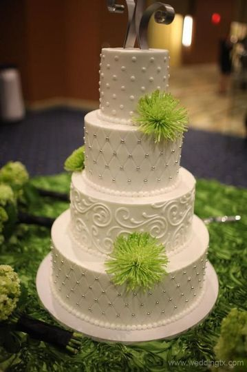 Green-themed wedding cake