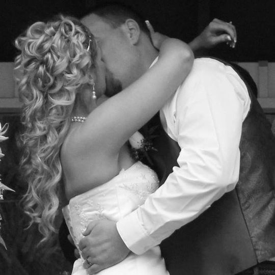Couple kiss in black and white