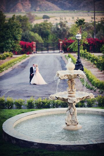 800x800 1370887326202 nm   wedding fountain kiss