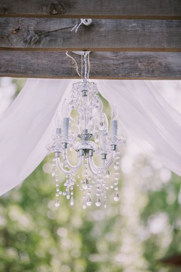 Pretty 4 candle chandelier. Can be plugged in for light or as is.