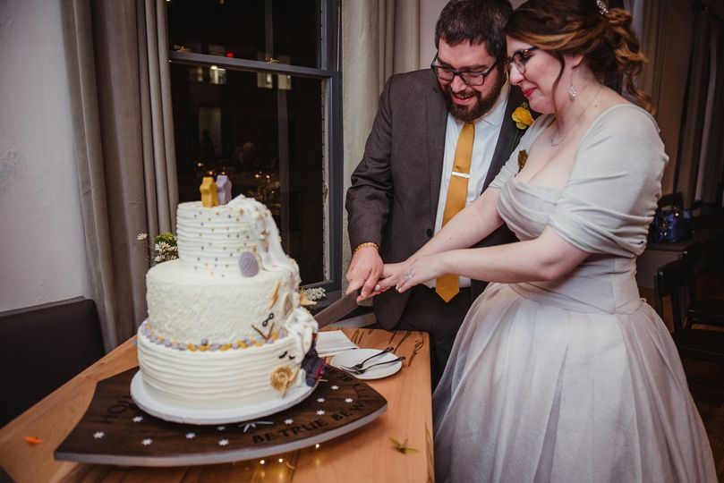 Slicing the cake | Rose Trail Images