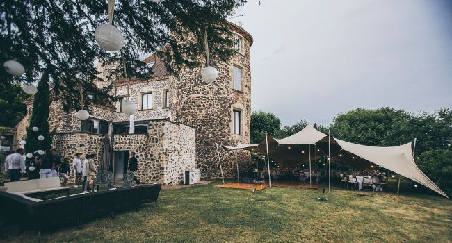 The stretch tent marquee can welcome up to  100 guests for diner.