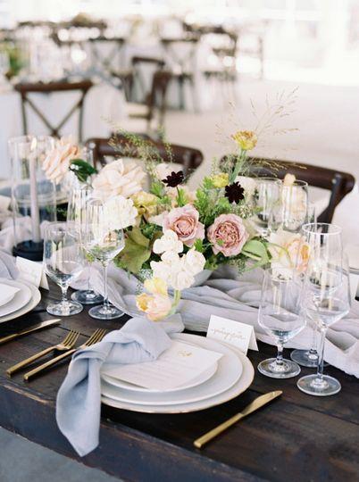 wedding tablesetting silk napkin wedding flowers calluna events 51 6842 158690351772486