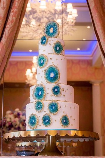 Weeding cake with touches of teal