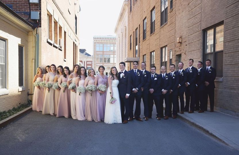 Group photo with the groomsmen and bridesmaids