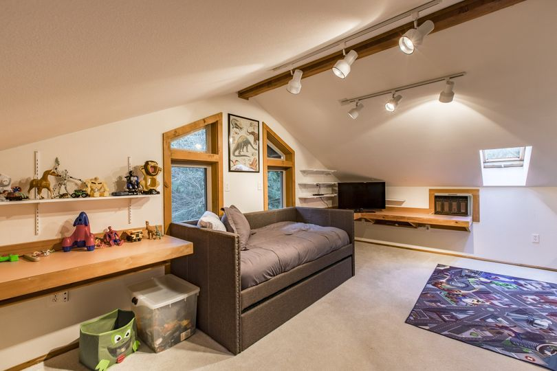 Upstairs loft has 4 twin beds