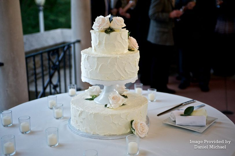 Three tier wedding cake with one separator