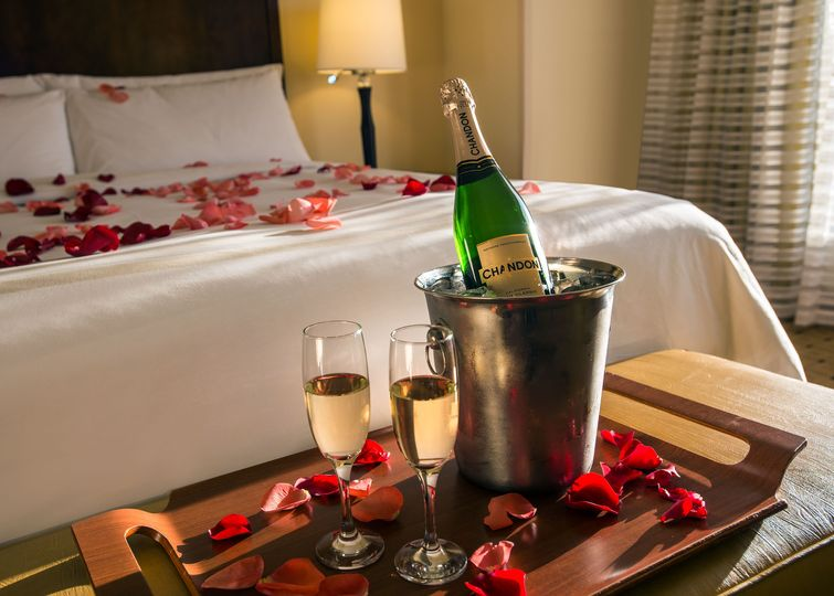 Enjoy your wedding night in our honeymoon suite!